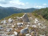 Via Normale Monte Pratiglio - Il Termine n° 245, disintegrato da un fulmine, sul Monte Pratiglio e, in fondo, Campo Catino