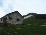 Via Normale Monte Corno - La Malga di Monte Corno, sulla lapide si legge: Corpo Forestale, Comune di Leonessa