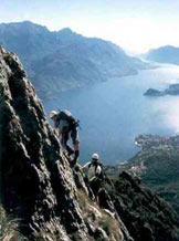 Via Normale Monte Grona - Ferrata del Centenario CAO - Sulla prima torre con alle spalle il Lago di Como.