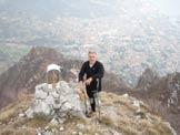 Via Normale Corno Regismondo (Beck) - Corno Regismondo, vetta. Sullo sfondo il Medale e Lecco.