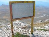 Via Normale Monte Infornace - Tabella indicativa sulla vetta del Monte Infornace, la quota scritta 2426 m è errata