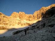 Via Normale Cima Tosa - Via Normale per il Versante SE - Salendo all�alba nella conca della Vedretta Superiore, quasi all�attacco della via