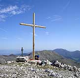 Via Normale Monte Miletto (da S) - La croce di vetta con Gallinola e Mutria sullo sfondo