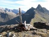 Via Normale Cima di Casaiole - La croce sulla cima con dietro il Torrione d'Albiolo