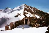 Via Normale Monte Pasquale - Resti di baraccamenti, in alto il Cevedale