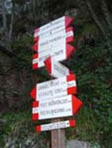 Via Normale Monte Nona - Salendo sul Monte Nona, incroci di sentieri ben segnalati