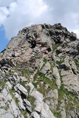 Via Normale Monte Varadega - L´ultimo tratto con i gradini, la galleria e la cima.