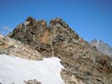 Via Normale Cima di Caspoggio - Al centro, dove finisce la neve, l'ultimo tratto di cresta SE e la vetta (la punta a destra)