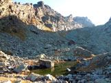 Via Normale Monte Spondascia - Poco a sinistra del centro immagine, la vetta seminascosta dal torrione. Dalla prima pozza
