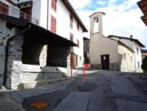 Via Normale Monte Croce di Muggio - La fontana e la chiesa, all'inizio del percorso