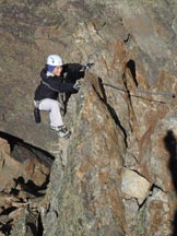 Via Normale Jegihorn-Klettersteig (via ferrata) - Anna su un muro nella seconda parte della Klettersteig.