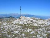Via Normale Monte Morrone - vetta del Monte Morrone 2061 m, in fondo il Gruppo del Gran Sasso