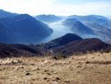 Via Normale Monte Boglia (o Colma Regia) - Panorama di vetta sul Lago di Lugano, al centro il paesino di Brè