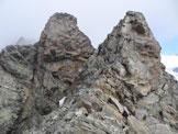 Via Normale Cima di Caspoggio - Cresta SE - Pietro e Antonio in arrampicata sul primo dente, a sinistra il 3° dente