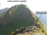 Via Normale Cima Sasso Chiaro - Cima Querciada - A destra, tra luce ed ombra, la ripida cresta S della C. Sasso Chiaro, dalla cresta NE della C. Quer