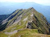 Via Normale Monte Alto - La cresta rocciosa di discesa verso il Passo del Cerreto dalla vetta del Monte Alto