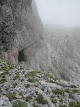 Via Normale Sasso Nero - La sella dove sono presenti alcuni bunker della prima guerra mondiale, con la cengetta che conduce i