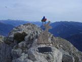 Via Normale Becco di Filadonna (traversata) - La piccola croce della cima a ricordo di un amico scomparso