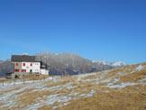 Via Normale Monte Alto - Rifugio Magnolini e, alle spalle, la Presolana