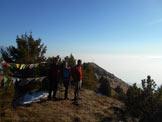 Via Normale Monte Colombina / Monte Valtero - Le bandierine di vetta. Alle spalle la croce panoramica