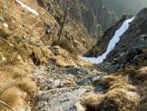 Via Normale Zucco del Corvo - In discesa, sul sentiero attrezzato del versante N. A destra la cengia innevata