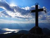 Via Normale Monte Croce - La grande croce di vetta e il panorama sul Lago