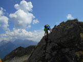 Via Normale Monte Arcoglio - Saltino roccioso durante la discesa dalla cresta NW del Monte Arcoglio