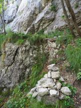 Via Normale Dito Dones (Via Lunga) - L´ometto che si incontra lungo il sentiero e che indica l´attacco della Via Lunga