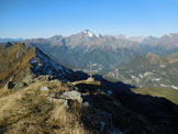 Via Normale Monte Acquanera - Panorama di vetta, al centro il paese di Chiesa in Valmalenco, in alto il M. Disgrazia