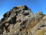 Via Normale Monte Acquanera - Cresta ENE - Le rocce sommitali, si arrampica (II-) poco a destra del filo di cresta (linea rossa)