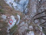 Via Normale Punta Forcellino - In salita, uno sguardo verso il basso dal canaletto attrezzato con catene