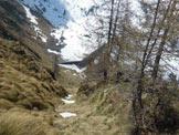 Via Normale Cima del Larice - In cima al canale erboso, a centro immagine il Lago di Pescegallo