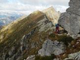 Via Normale Pizzo Costisc - Lungo la cengia che aggira il salto roccioso sotto la Cima Basa