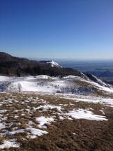 Via Normale Monte Valinis - Panorama dalla cima verso la rampa di lancio di deltaplani e parapendii