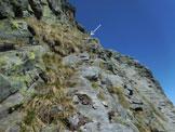 Via Normale Cima di Bri - In salita, sulla cengia in parte erbosa e in parte rocciosa del tratto sommitale