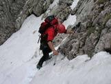 Via Normale Cima del Brutt Pass - Salto di roccia e neve quasi alla fine del canale