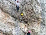 Via Normale Cimon del Froppa - Discesa, il bollo giallo indica il primo chiodo nel punto più difficile