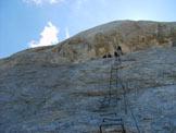 Via Normale Marmolada - Punta Penia (cresta W) - Staffe lungo una parete