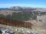 Via Normale Monte Rocca Chiarano - Barriere anti valanghe e in fondo il Gruppo del Marsicano