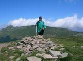 Via Normale Monte Prado - Giuseppe Albrizio sul Monte Prado 2054 m, in fondo il Monte Cusna