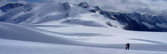 Attraversamento del Pian di neve sul ghiacciaio dell'Adamello