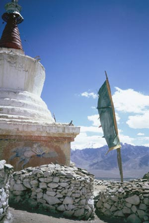 Gongmaru La - Chorten e bandiera di preghiera