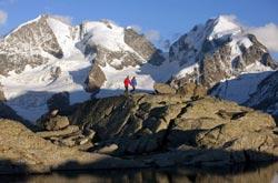 Engadina St. Moritz - Escursionisti al Fuorcla Surlej davanti al massiccio del Bernina (by Engadin St. Moritz)