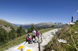 Escursioni per famiglie in Engadina St. Moritz - Famiglia nel Maerchenweg Marguns (by Engadin St. Moritz)