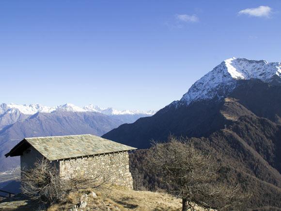 La cappella di San Sfirio in vetta al Legnoncino e il Legnone