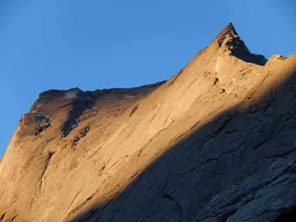 Il primo sole accende la parete nord-est del Badile