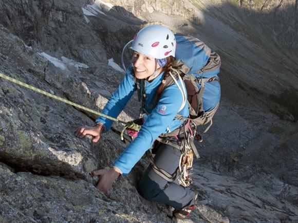 Il primo sole bacia un alpinista all'inizio dello Spigolo Nord