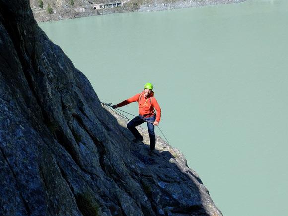 Si arrampica con lo sfondo del lago