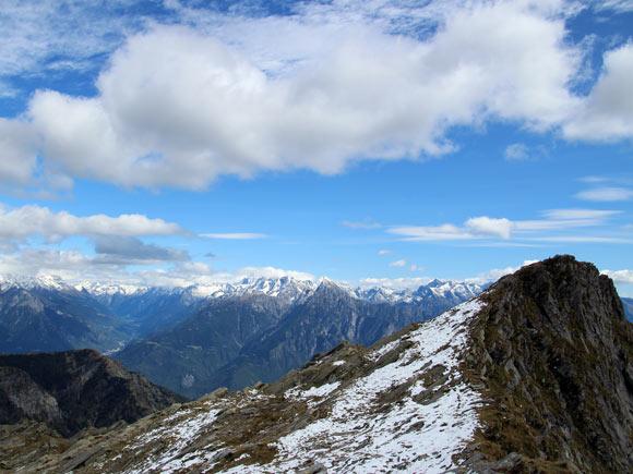 La forcella di Strem, a 2428 m, tra Italia e Svizzera